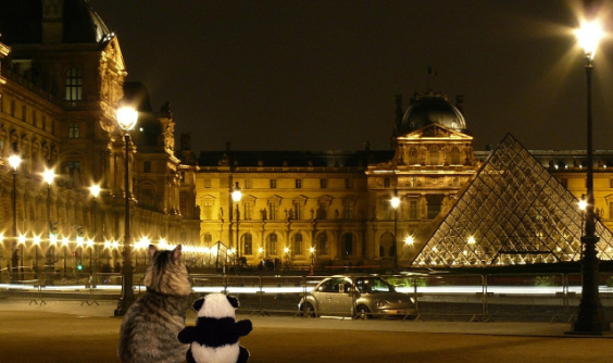 looking at louvre small